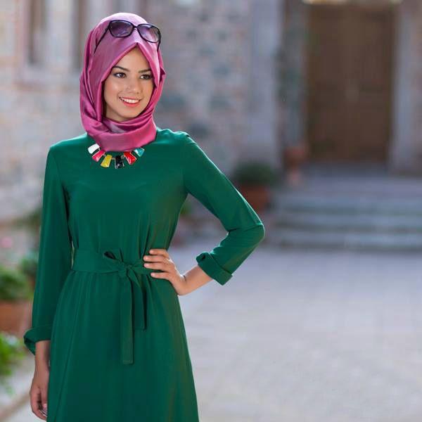 Yeşil elbise eşarp kombini